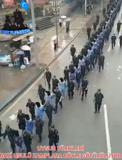 ウイグル人の行列
